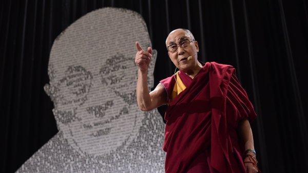 Dalajlama připomněl, že už při jeho pondělním přivítání v Praze přišla na Hradčanské náměstí zhruba tisícovka lidí podporujících Tibet.