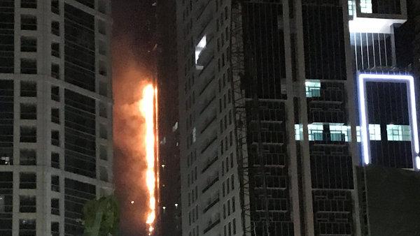 Podle mluvčího dubajské policie požár vypukl v devátém patře mrakodrapu.