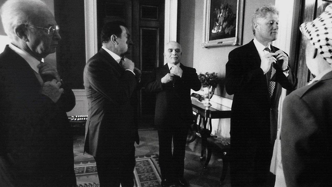 Na snímku zezáří 1995 vBílém domě jsou Jicchak Rabin, egyptský prezident Husní Mubárak, jordánský král Husajn, americký prezident Bill Clinton aJásir Arafát.