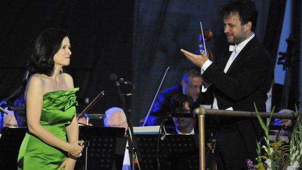 Na snímku z nedělního zahájení Mezinárodního hudebního festivalu Špilberk v Brně je sopranistka Simona Šaturová při koncertu s Filharmonií Brno.