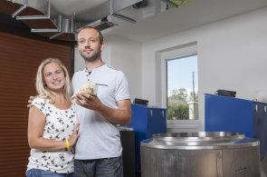 Manželé z Královéhradecka oživují tradici výroby podkrkonošského sirobu. Vaří ho celý den i noc