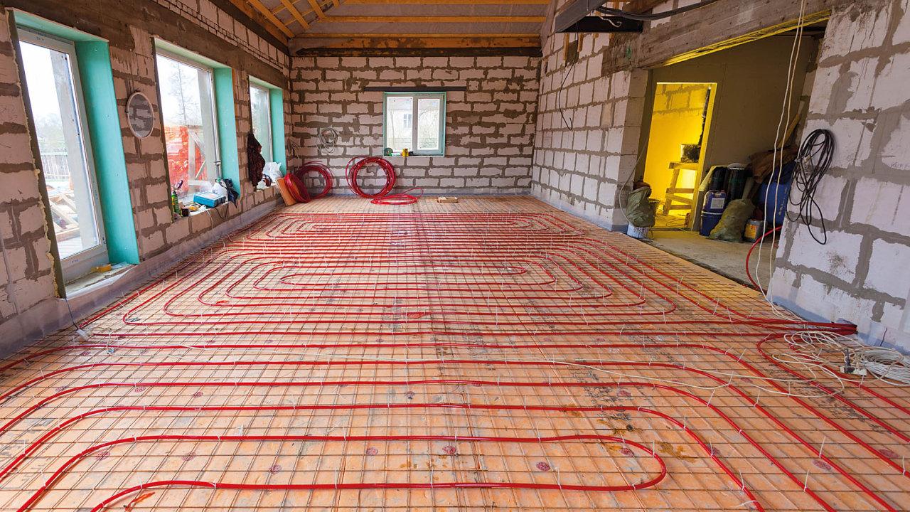 Nízkoteplotní velkoplošné podlahové vytápění je vhodné především pro energeticky úsporné domy.