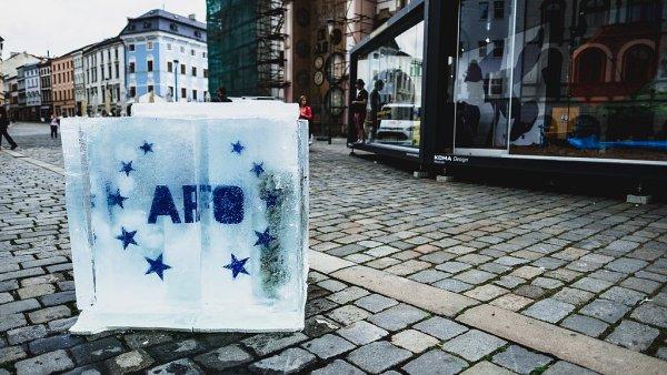 Ledová kostka propagující hned dvě kulturní akce bude podle jejích autorů na olomouckém Horním náměstí tát čtyři dny.