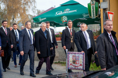 Že je Zeman v kontaktu s občany, zná jejich problémy a že dobře plní funkce svěřené mu ústavou, si myslí téměř dvě třetiny Čechů.