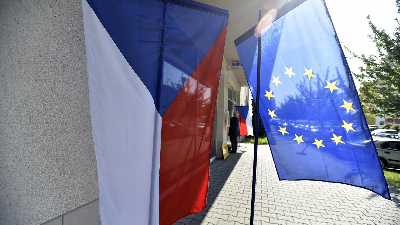 Vlajka ČR a EU před volební místností v kulečníkovém klubu ve Zlíně, kde proběhly volby do Evropského parlamentu.
