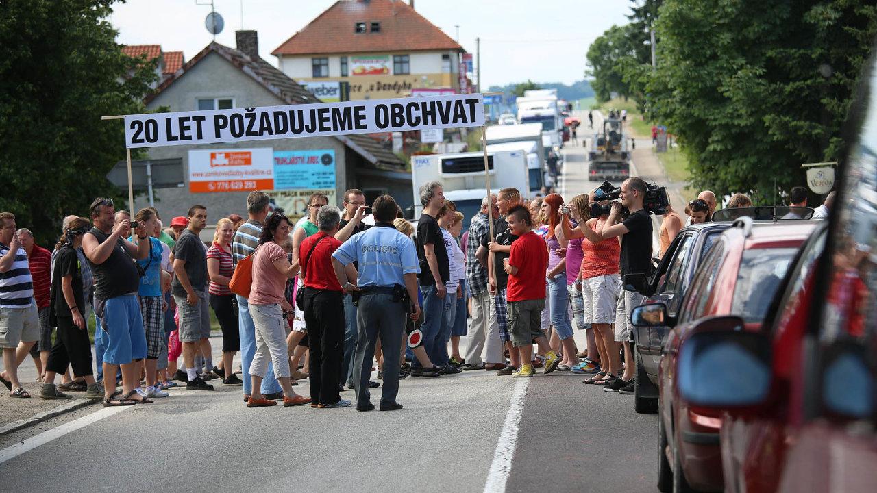 Čekánínaobchvat: Obyvatele Olbramovic adalších obcí podél přetížené silnice zPrahy naTábor trápí nadměrná doprava.