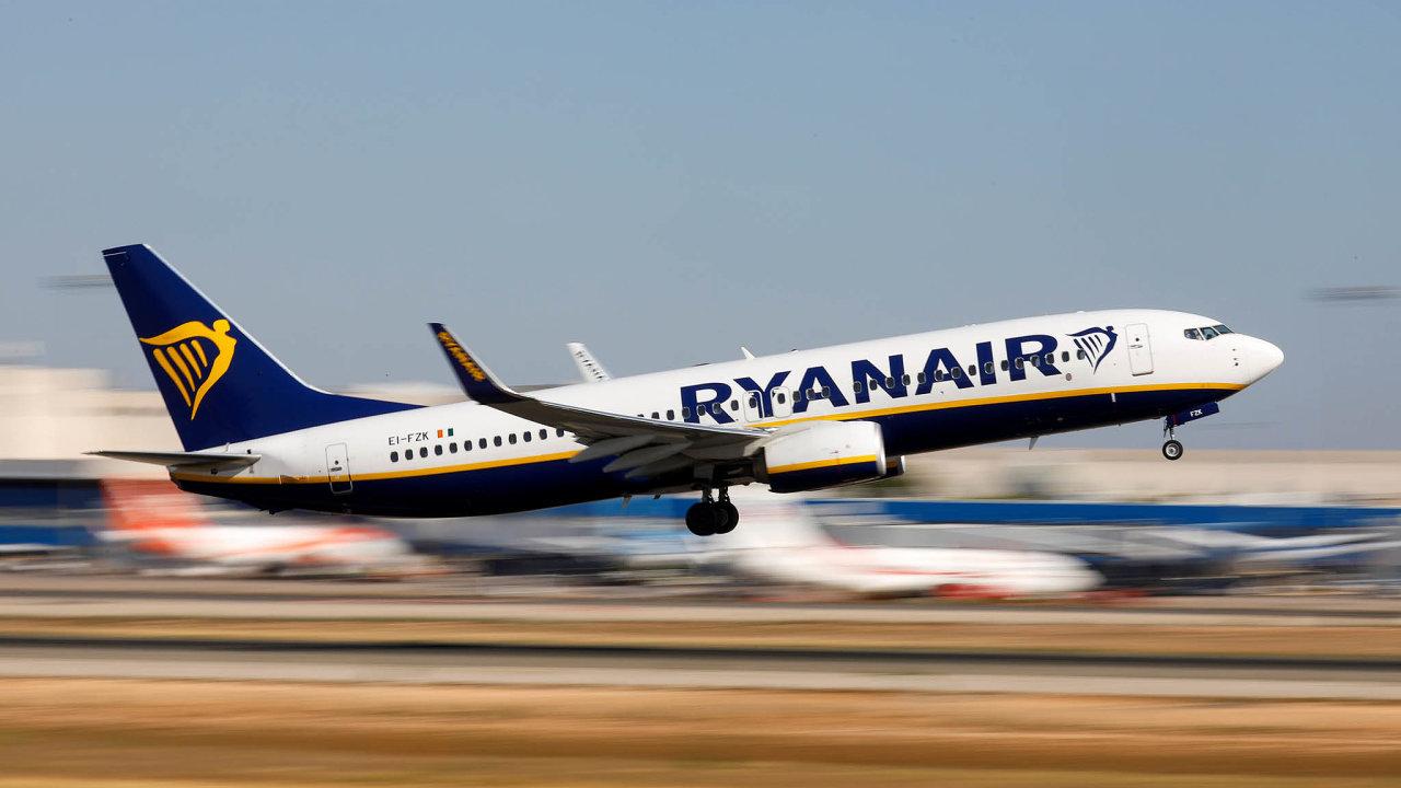 Lowcosty stále vydělávají. Aerolinky Ryanair nahrazují pád cen letenek poplatky za doplňkové služby.