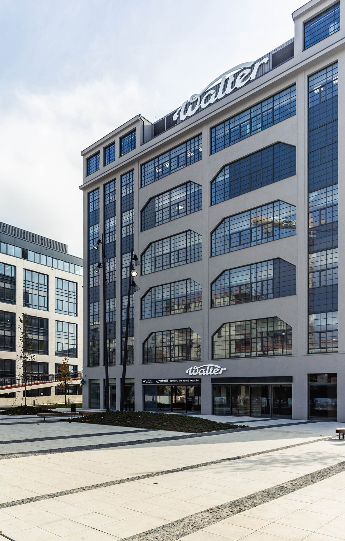 Zdařilou rekonstrukci staré průmyslové budovy a její přeměnu na novou polikliniku představuje Medicentrum Waltrovka.