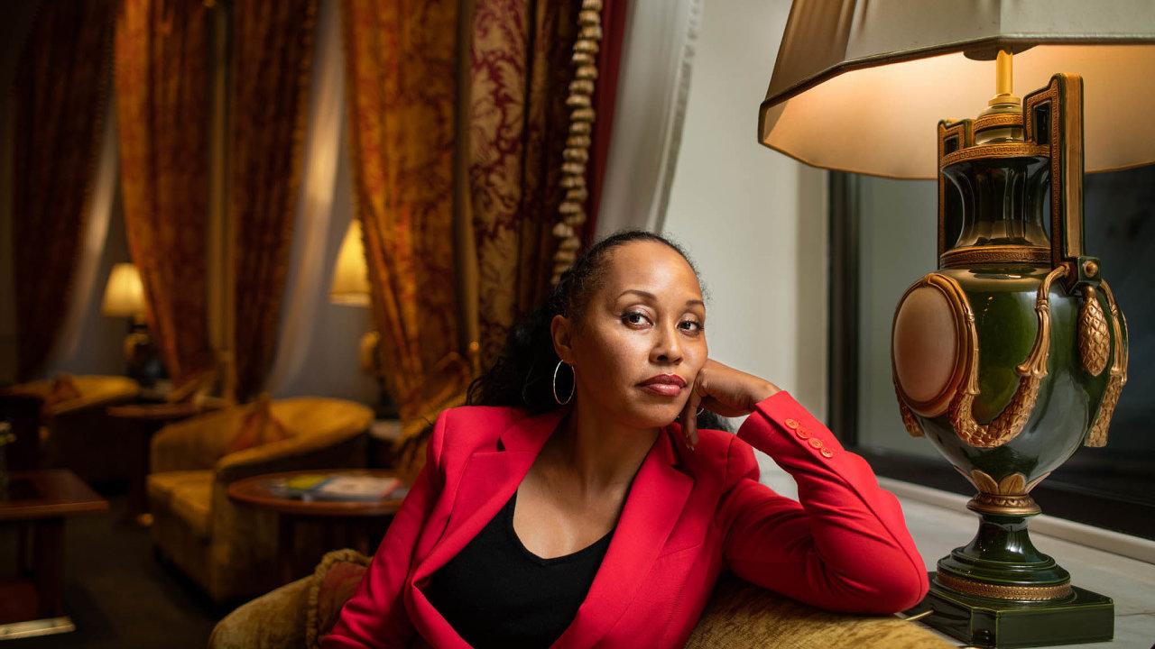 """Kimberley Motleyová osobě prohlašuje, že je globální investorkou dooblasti lidských práv. Více než třetinu jejích případů tvoří kauzy """"pro bono""""– oběti násilí zcelého světa zastupuje zdarma."""