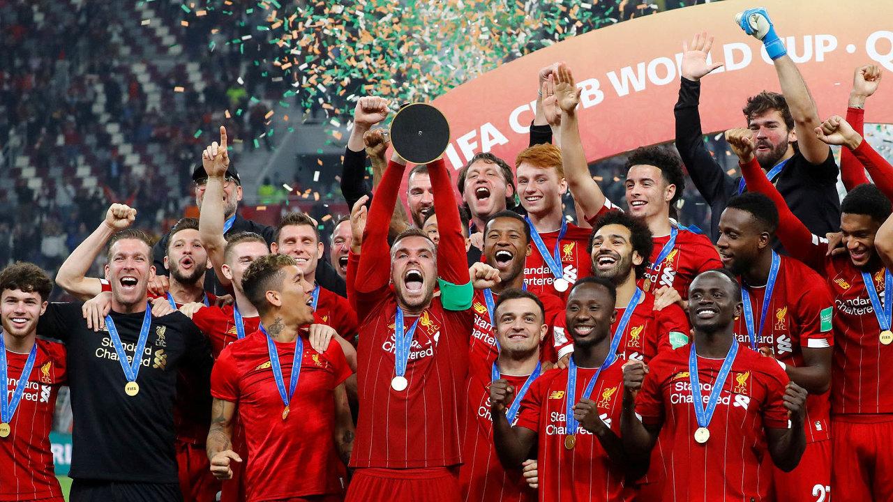 Hráči Liverpoolu oslavují své první vítězství v mistrovství světa klubů.
