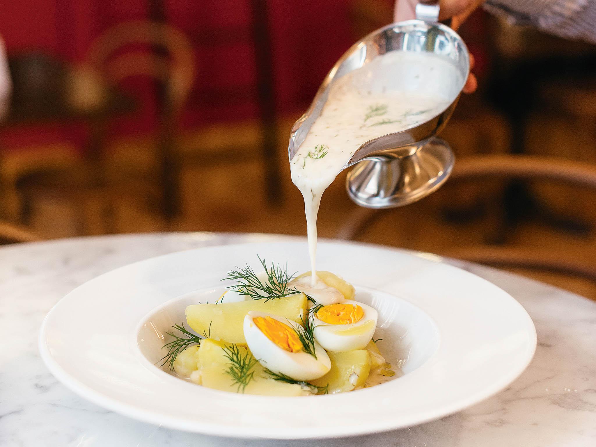 Koprová omáčka s vařeným vejcem a bramborem.