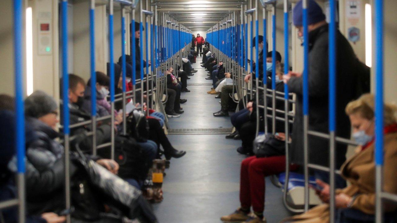 koronavirus Rusko metro lidé