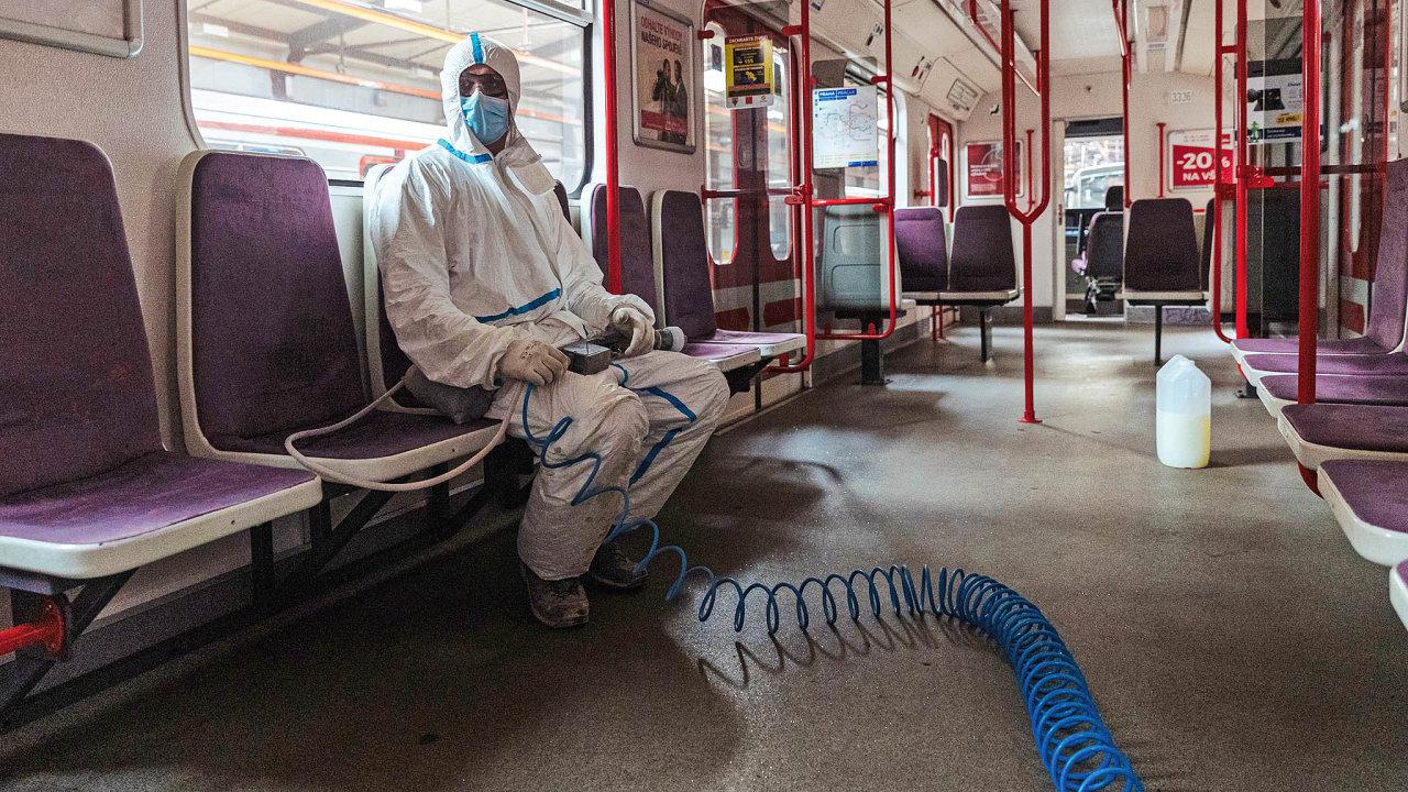 Depo Zličín - pracovník odpočívá před dezinfekcí metra, 26. 3. 2020