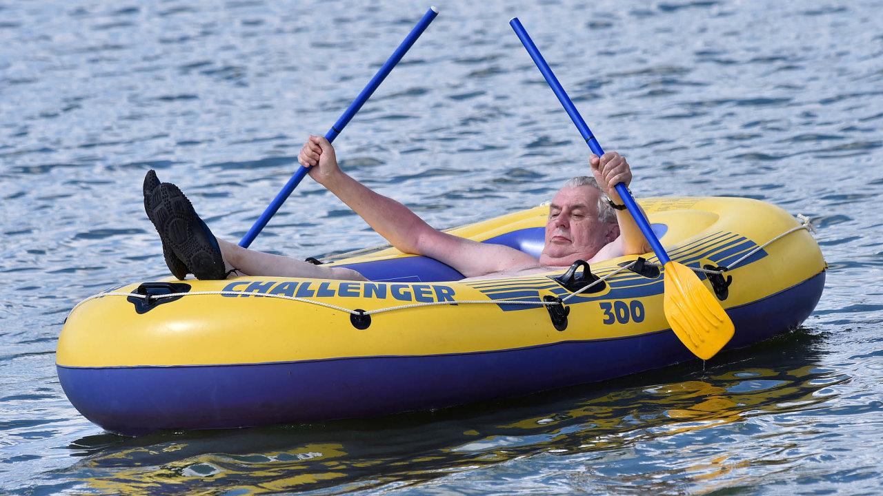 Poloňské odmlce by se letos mohl Miloš Zeman na dovolené opět projet vesvém oblíbeném nafukovacím člunu Challanger 300 ponovoveselském rybníku.