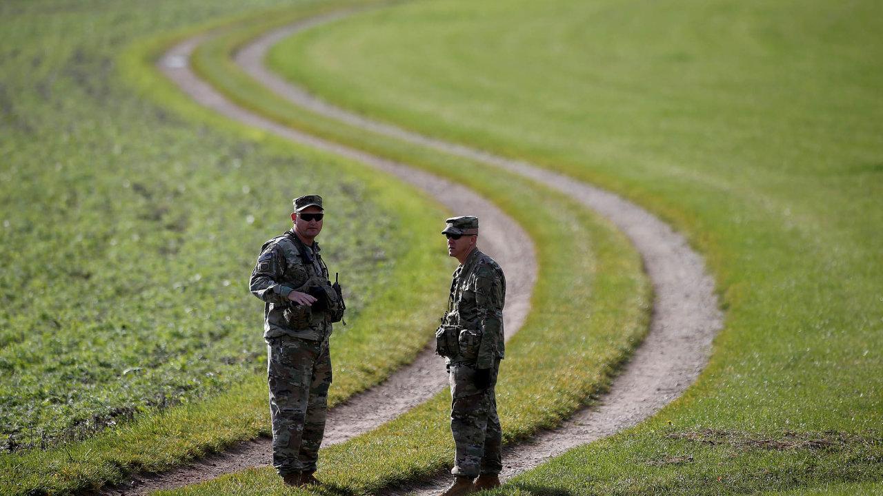 Zcelkem 35 tisíc amerických vojáků vNěmecku jich má být zpět dovlasti převeleno 6400, přičemž dojiných zemí vEvropě se přemístí 5400 armádních příslušníků.