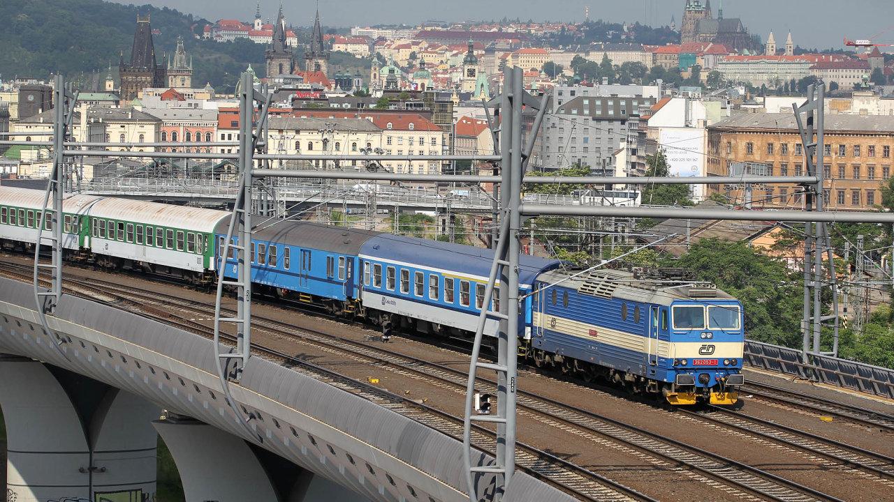 Spor oelektřinu načeských kolejích trvá už tak dlouho, že se jeden zjeho aktérů stačil přejmenovat. ZeSprávy železniční dopravní cesty je odletošního ledna Správa železnic.