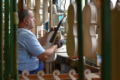 Strunal Schönbach se zaměřoval na výrobu smyčcových nástrojů, například houslí, a kytar.