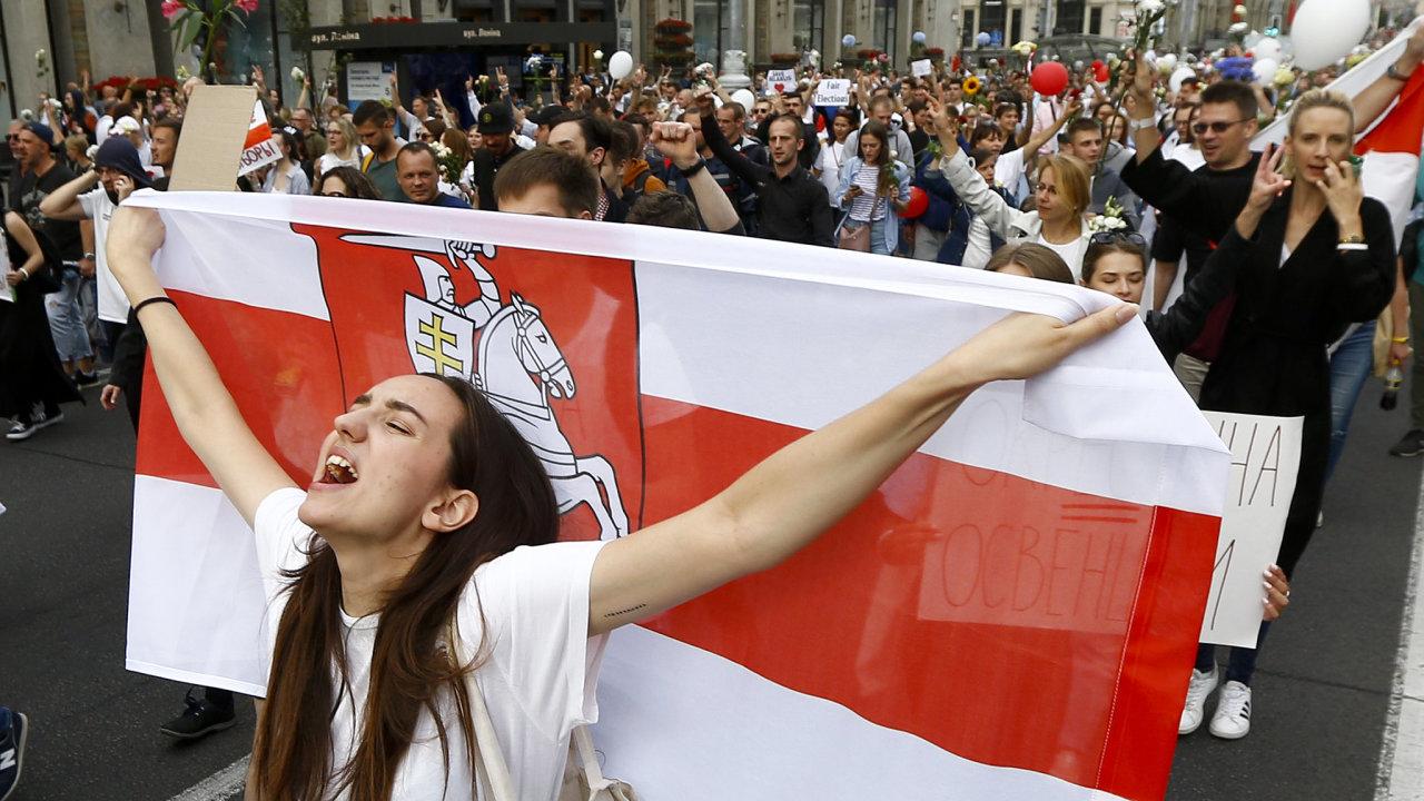 Europoslanci vyjádřili obdiv vytrvalosti, s níž oponenti režimu autoritářského prezidenta Alexandra Lukašenka čelí násilnému potlačování protestů po srpnových zmanipulovaných volbách.