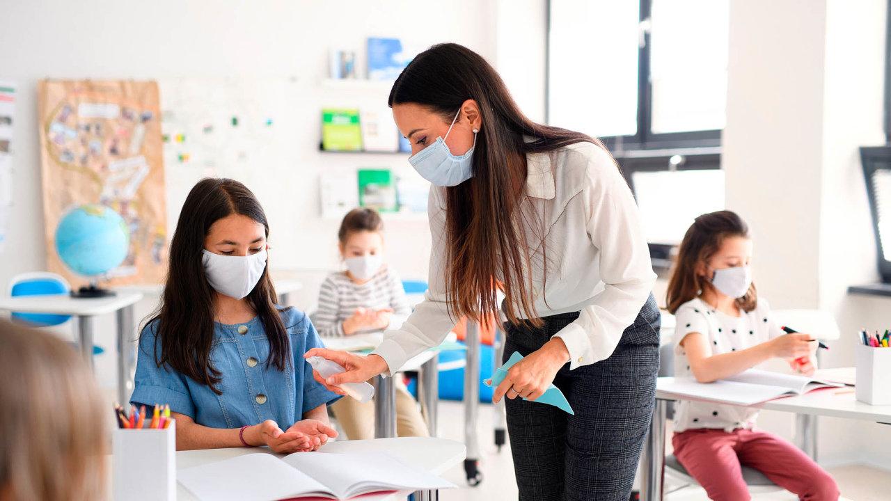 Vpřípadě škol mělo podle výzkumného centra zásadní vliv naomezení šíření nákazy zavedení roušek. Pravděpodobnost nákazy to snížilo přibližně o35 procent.