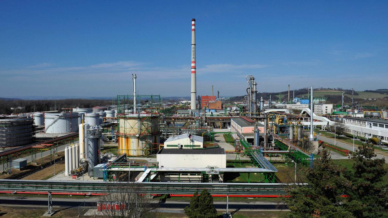 Deza patří do koncernu Agrofert ze svěřenských fondů Andreje Babiše (ANO). Podle Petřivalského má chemička několik předpokladů pro to, aby byla zdrojem takového znečištění řeky kyanidem.
