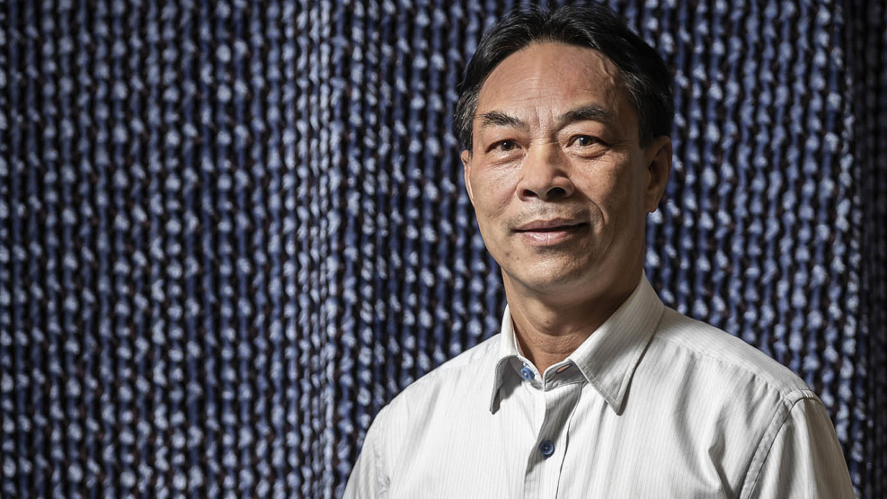 Tan Trinh: V březnu oslovila jeden vietnamský pár sestra z ostravské nemocnice. Poprosila ho, zda by vietnamská komunita nemohla pomoct se šitím nedostatkových roušek.