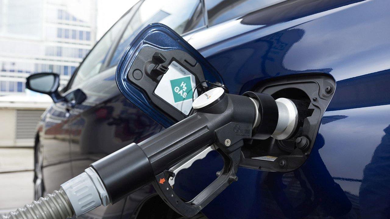 Čerpání vodíku do palivové nádrže vozidla.