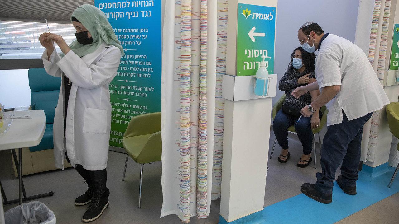 Plán premiéra Benjamina Netanjahua je proočkovat dokonce dubna 70 procent obyvatel.
