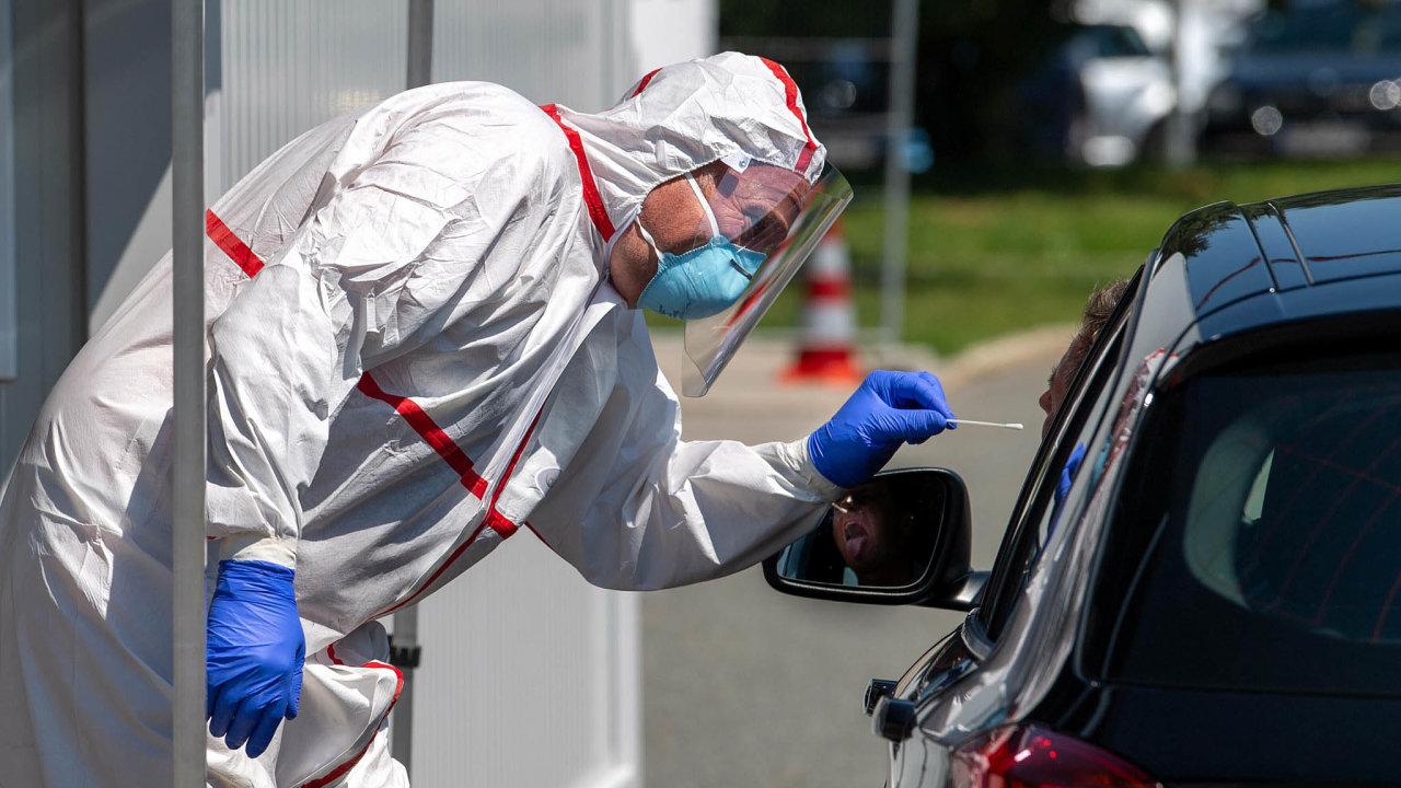 Otevřete ústa. Pro české pendlery, ale iněmecké zaměstnance, zajišťují Němci na bavorských hranicích mobilní stanoviště pro koronavirové testy.
