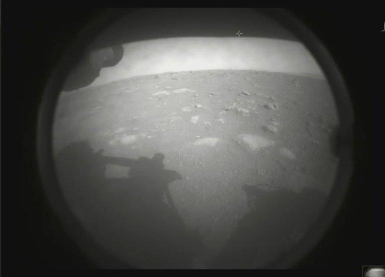 První fotografie z povrchu Marsu od roveru Perseverance.