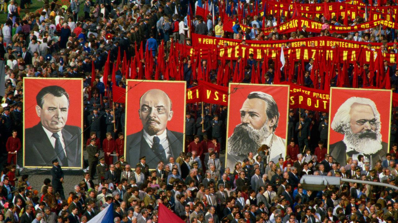 Povinná účastvprůvodu naPrvního máje byla jedním znejdůležitějších rituálů minulého režimu, a to až do jeho konce (snímek pochází z roku 1987).