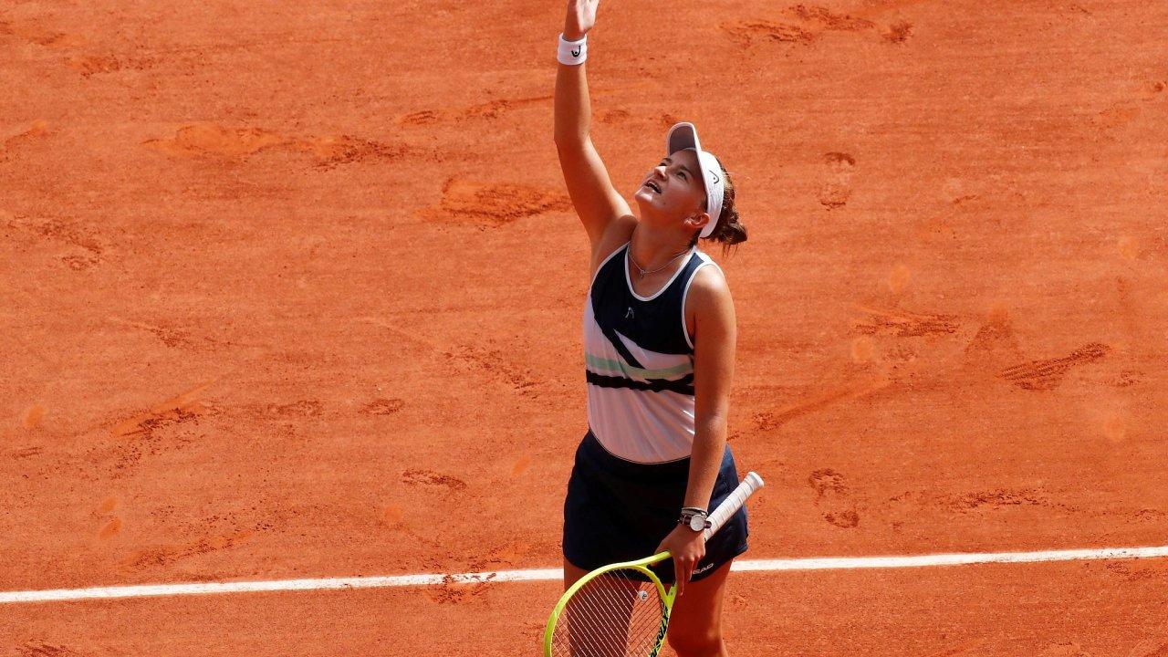 Barbora Krejčíková děkuje své mentorce Novotné po sobotním vítězství ve French Open