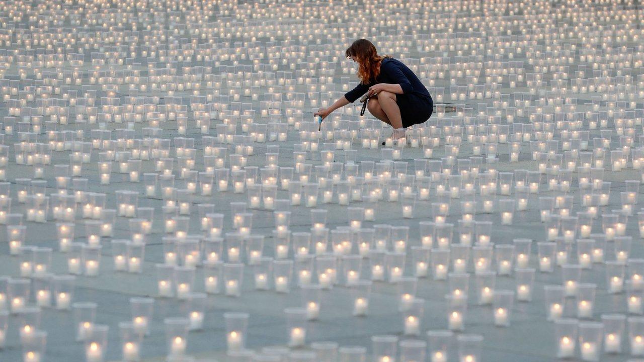 Na nádvořích Pražského hradu se rozhořelo téměř 30 000 svíček - symbolicky jedna za každého člověka, který v Česku od loňského března s koronavirem zemřel.