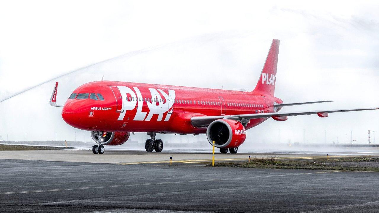 Letadlo nové islandské aerolinky Play na svém prvním letu z Keflaviku do Londýna.