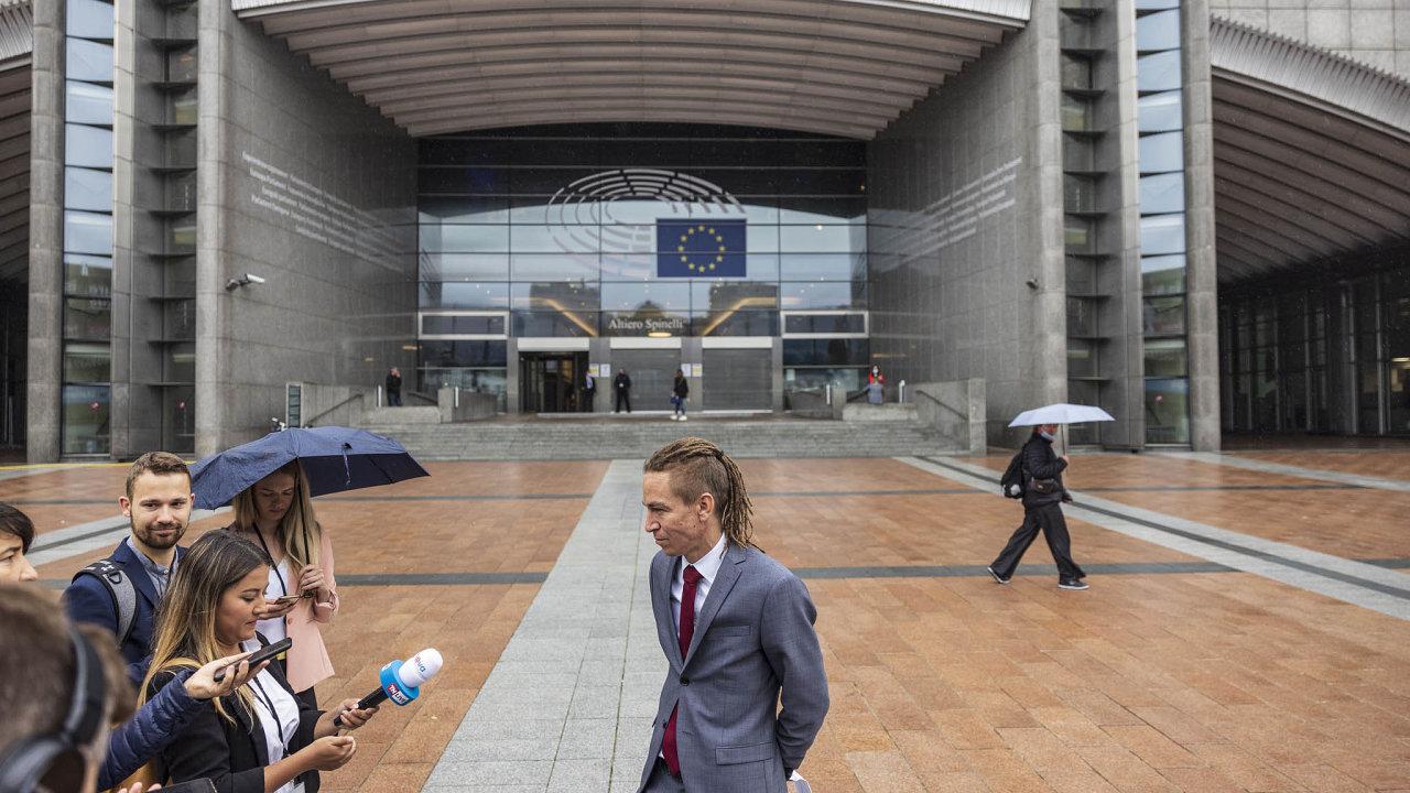 Předseda Pirátů Ivan Bartoš vyrazil na obhlídku do Bruselu, kde se coby možný budoucí premiér zajímal o témata, která budou pro Česko velmi důležitá. Jeho výhodou je dobrá znalost angličtiny.