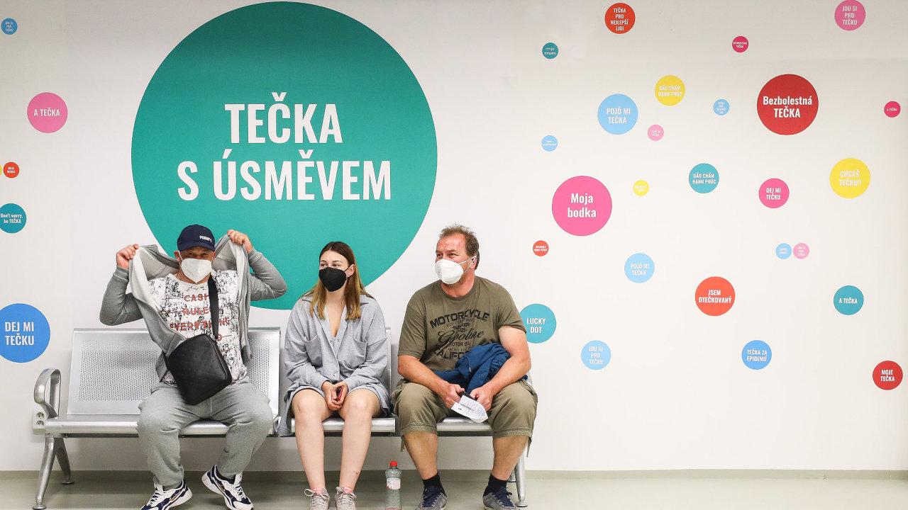 O vakcíny bez nutnosti registrace byl v očkovacím centru na hlavním nádraží v Praze v den otevření velký zájem.
