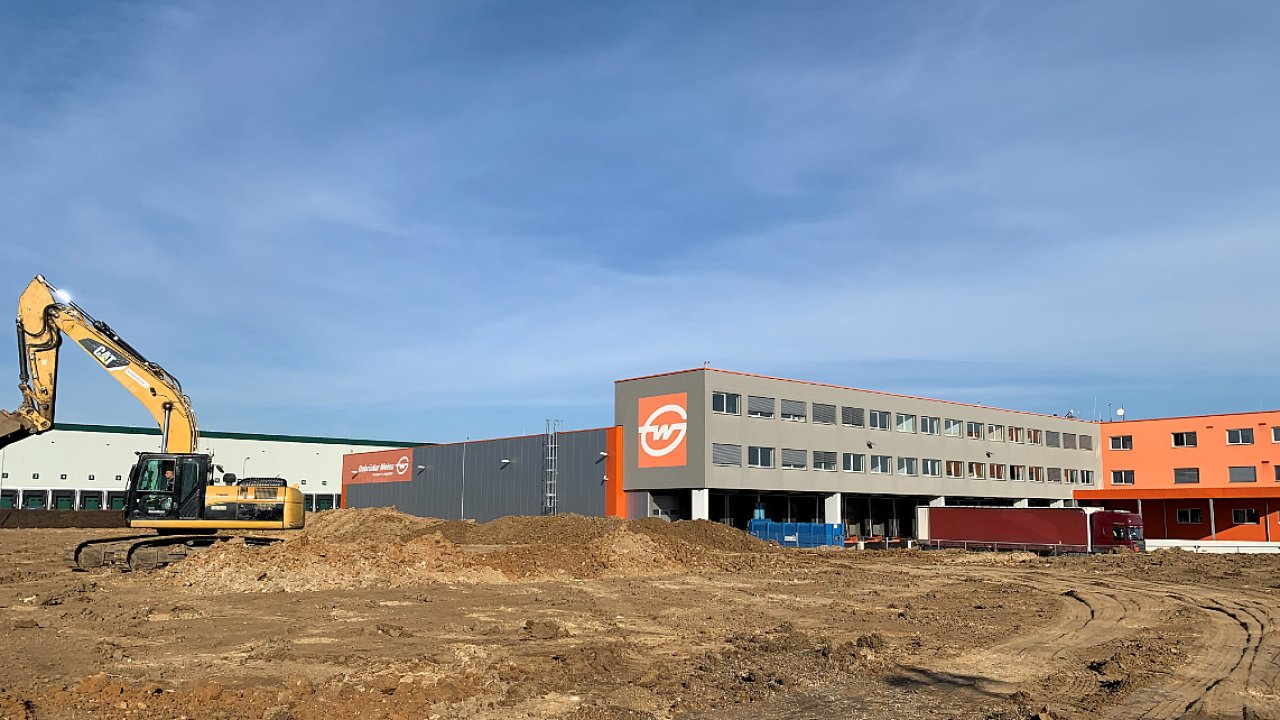 Práce na rozšíření pobočky v Jenči zahájil Gebrüder Weiss letos na jaře, hotovo má být v září.