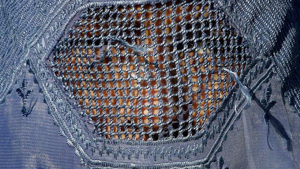 Burka zakrývá celé tělo i obličej, přes který je mřížka.