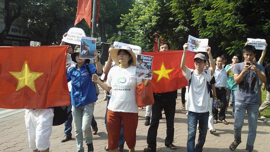 V srpnu protestanti v Hanoji kritizovali, protože tamní režim prý jde příliš na ruku Číně. Za stejnou kritiku byl odsouzen písničkář Viet Khang.