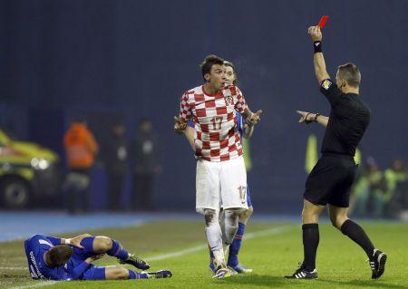 Mario Mandžukič vidí červenou kartu v utkání s Islandem