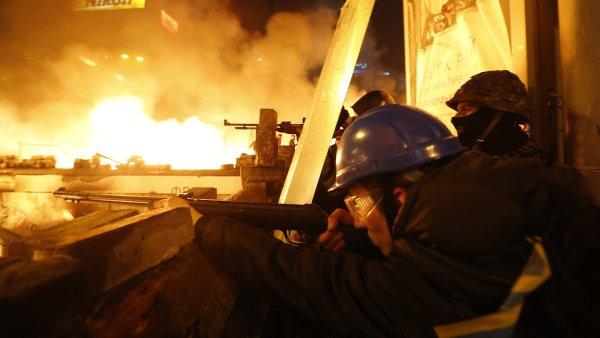 Radikálové z protivládního tábora při nočních střetech.