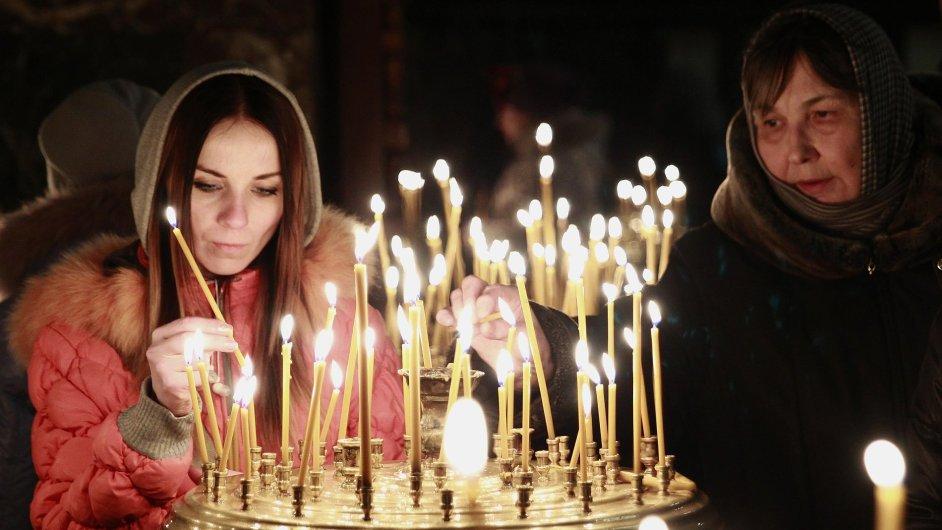 V Kyjevě je zatím klid. Lidé chtějí hlavně uctít památku obětí střetů mezi demonstranty a policií.