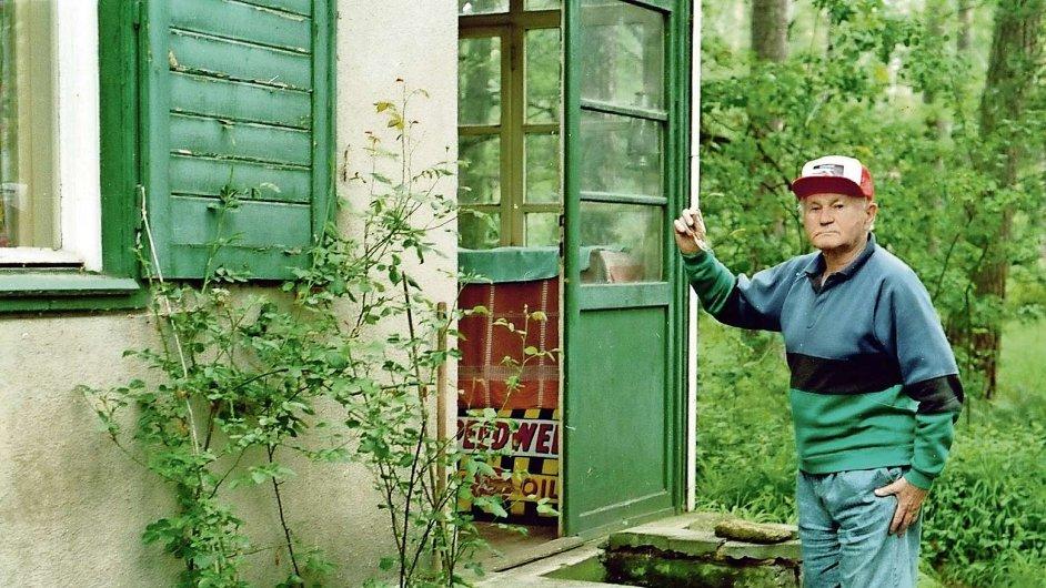 Bohumil Hrabal otevírá dveře do své chaty v Kersku. Dveře ke spisovateli zase otevírají právě vydané knihy Hlučná samota a Via Hrabal.