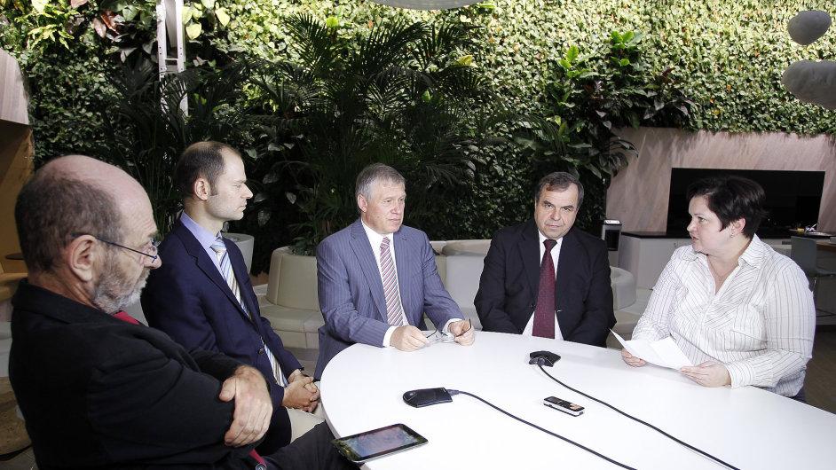 Rektor Zdeněk Kůs (uprostřed) byl nedávno hostem debaty o technickém vzdělávání v HN