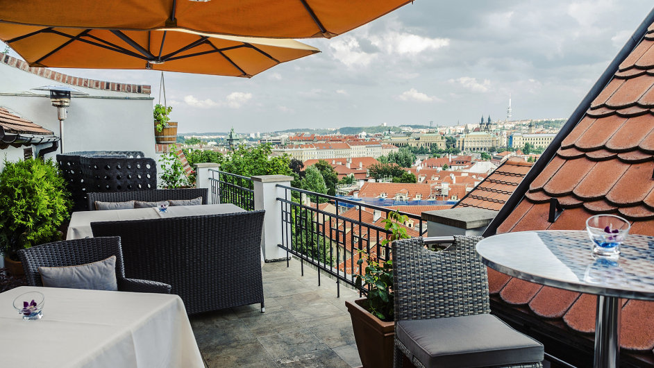 Terasa U Zlaté studně v Praze.