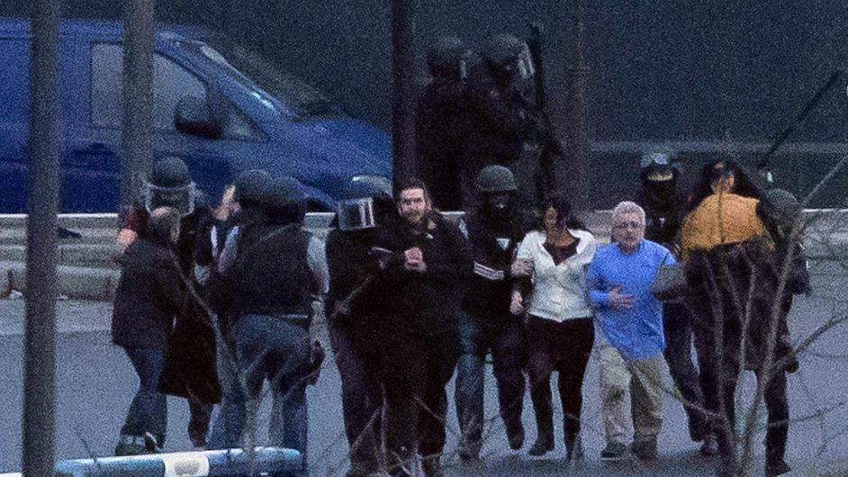 Předání rukojmích po záchranní akci v Porte de Vincennes