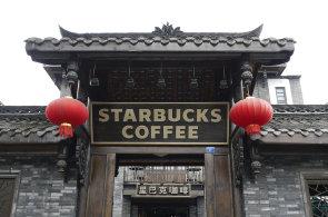 Číňané pijí stále více kávy, toho využívá Starbucks. Přišel už před 16 lety