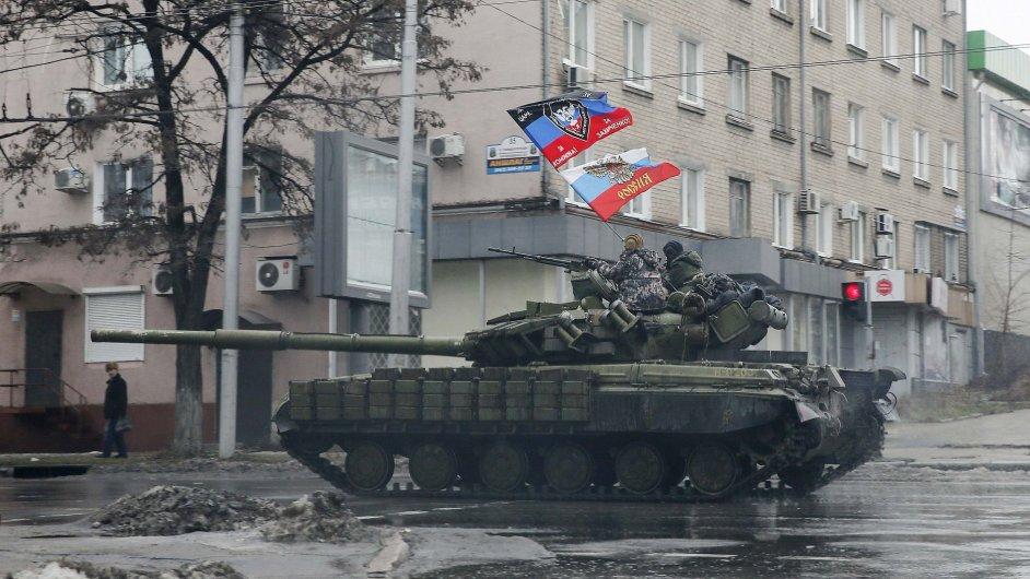 Proruští separatisté projíždějí na tanku Doněckem.
