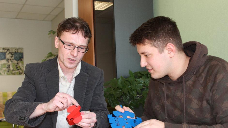 Žák třetího ročníku Marek Bláha a ředitel Střední školy průmyslové aumělecké vOpavě Vítězslav Doleží vymýšlejí zábavné skládačky pro děti ze základních škol.