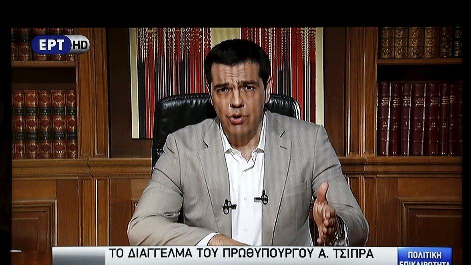 Premiér  Alexis Tsipras hovoří k občanům v televizi.