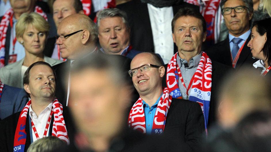 Premiér na fotbale: Bohuslav Sobotka, podnikatel Miroslav Černošek (vlevo) a fotbalový funkcionář Roman Berbr na tribuně.